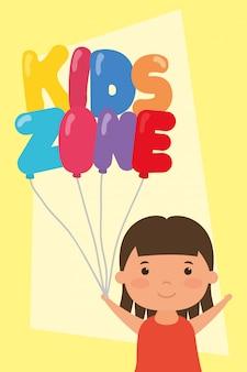 Kleines mädchen mit kinderzone steigt helium im ballon auf
