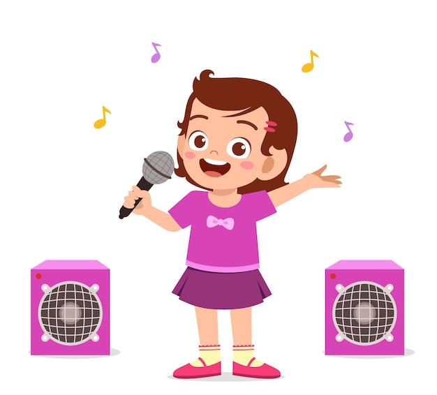 Kleines mädchen singen ein schönes lied auf der bühne