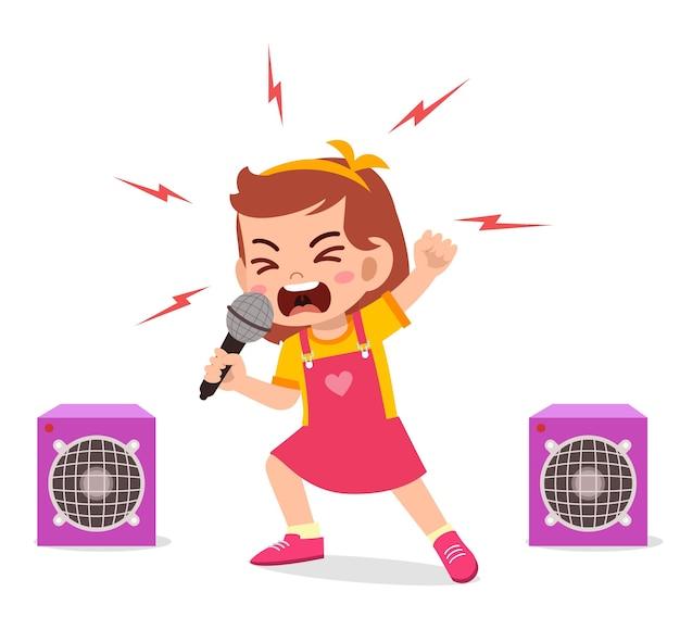 Kleines mädchen singt ein lied auf der bühne und schreit