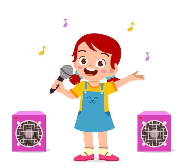 Kleines mädchen singt ein schönes lied auf der bühne