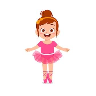 Kleines mädchen trägt ein wunderschönes ballerina-kostüm und tanzt