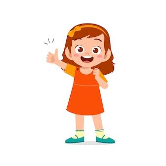 Kleines mädchen zeigt zustimmung mit daumen hoch handgeste