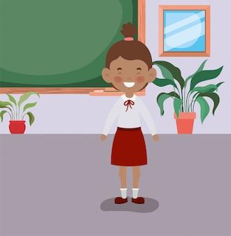 Kleines studentenmädchen der afro im klassenzimmer