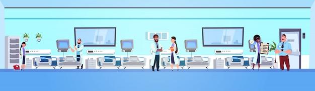 Klinik-innenraum mit betten
