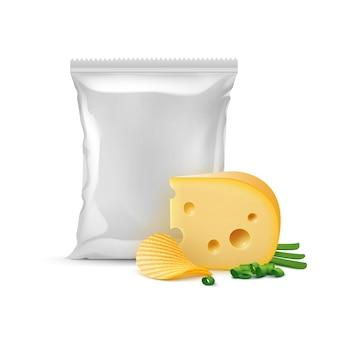 Knusprige kartoffelwelligkeitschips mit käsezwiebeln und vertikal versiegeltem, leerem plastikfolienbeutel für verpackungsdesign nahaufnahme isoliert auf weißem hintergrund