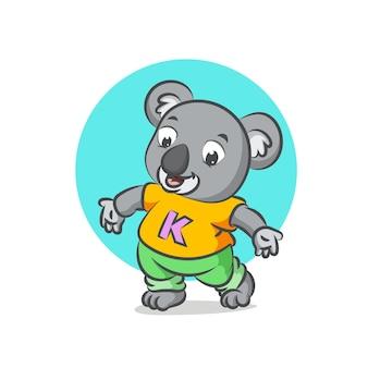 Koala trägt gelbes hemd, das leute begrüßt