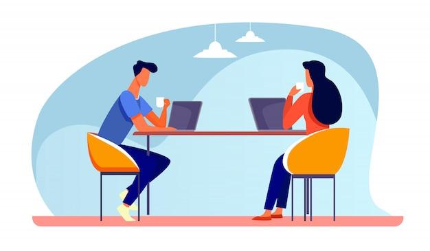 Kollegen diskutieren projekt während der kaffeepause