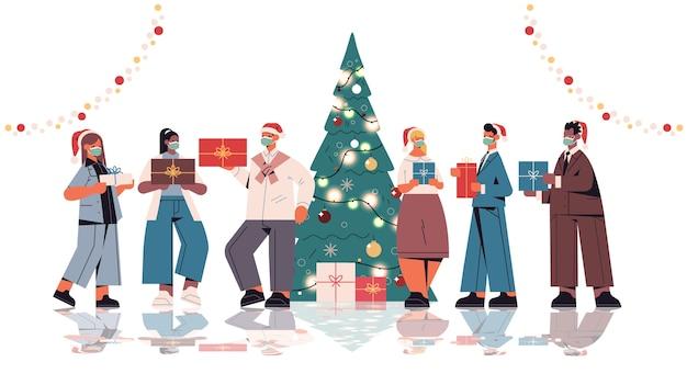 Kollegen in weihnachtsmützen, die geschenke halten, mischen rassenbüroangestellte, die neujahrs- und weihnachtsfeiertage horizontale isolierte vektorillustration in voller länge feiern