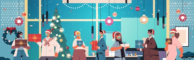 Kollegen in weihnachtsmützen, die masken tragen, mischen rassenmitarbeiter, die geschenke neujahrs- und weihnachtsfeiertagsfeierkonzeptbüro-innenraum horizontale porträtvektorillustration halten
