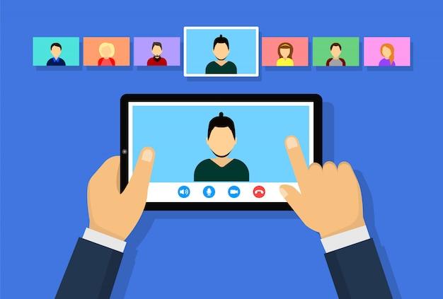 Konferenzvideoanruf auf dem tablet. online-meeting. konzept für fernarbeit, online-bildung.