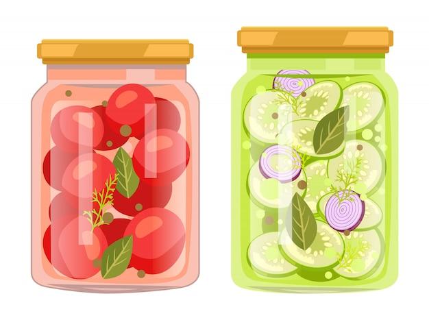 Konserven in gläsern, gemüse mit lorbeerblättern