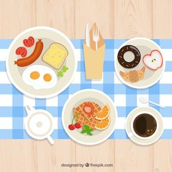 Kontinentales frühstück mit tischdecke