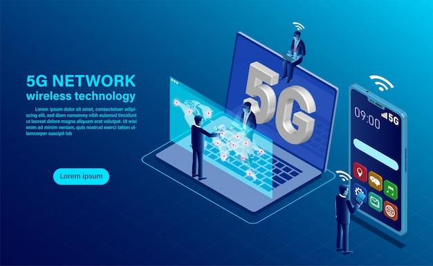 Konzept der drahtlosen technologie des netzes 5g. smartphone mit großen buchstaben 5g und menschen mit mobilen geräten sitzen und stehen auf.