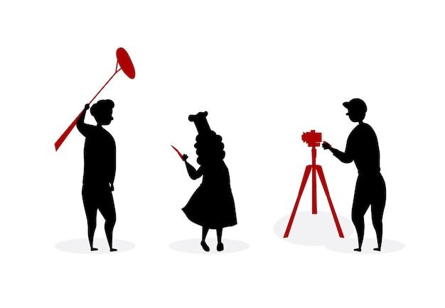 Konzept der kulinarischen show. operatoren, die vlog oder kulinarischen film machen. frau silhouette in chef uniform mit messer und paprika geben interview im studio vor kamera.