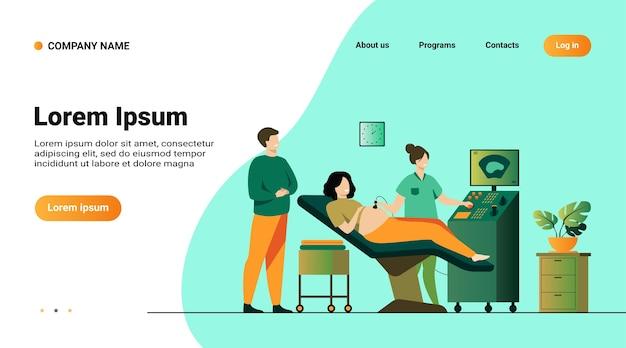 Konzept der schwangerschaftsvorsorge. sonograph, der schwangere frau scannt und untersucht, während vater erwartet, auf monitor zu schauen