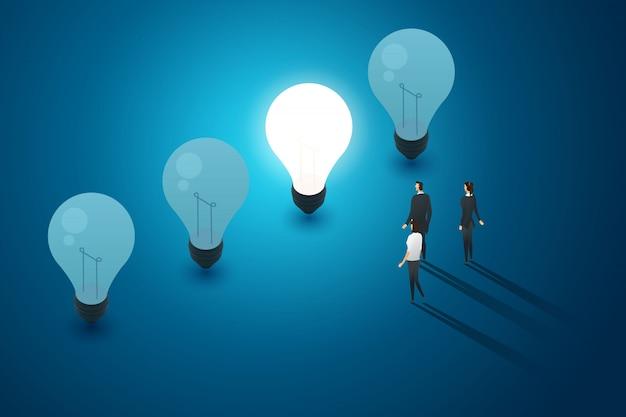 Konzept mit glühbirnen blauen hintergrund gruppe von geschäftsleuten stehen blick und idee kreativität denken. illustration