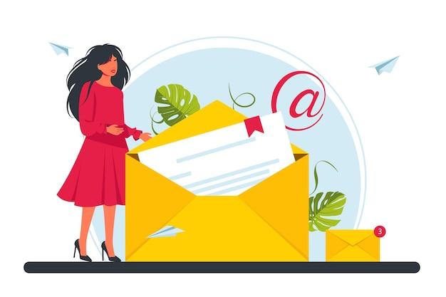Konzept zum senden und empfangen von e-mail-nachrichten, soziales netzwerk, chat, e-mail. winzige geschäftsfrau, die einen neuen brief in einem umschlag hält. vektor-illustration