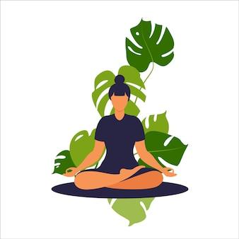 Konzeptfrau, die yoga und meditation zu hause praktiziert. das mädchen sitzt im lotussitz.