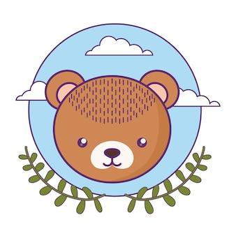 Kopf des netten kleinen bärenbabys mit kronenblättern