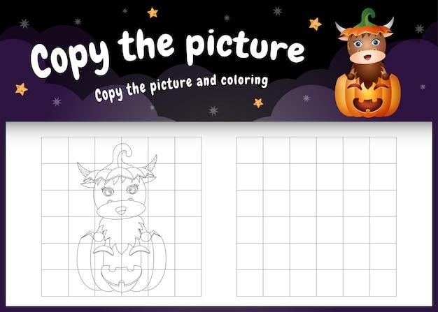 Kopieren sie das bild kinderspiel und die malvorlage mit einem süßen büffel im halloween-kürbis