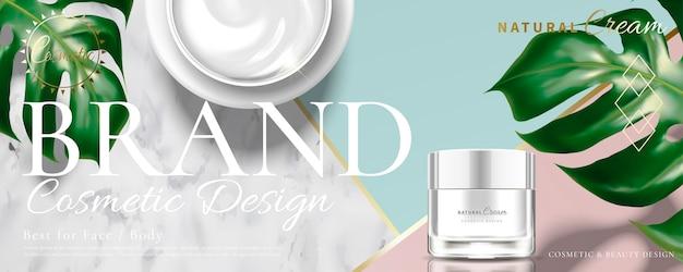 Kosmetisches cremeglas auf marmorsteingeometriehintergrund mit tropischen blättern