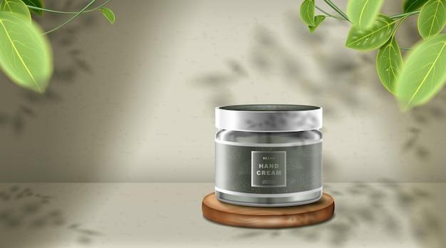 Kosmetisches produktmodell auf holzpodest mit grünem hintergrund