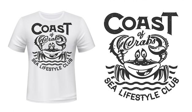 Krabben-t-shirt-druck, meereswellen, marine-club oder angeln, grunge. lächelnde krabbe mit krallen auf ozeanwellenzeichen für küstenstrandsurfen oder ozeanlebensstil-team-t-shirt-druck