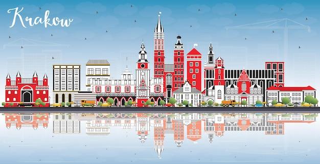 Krakau polen skyline mit farbgebäuden, blauem himmel und reflexionen. krakauer stadtbild mit sehenswürdigkeiten.