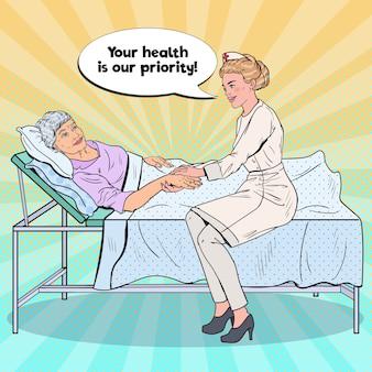 Krankenschwester, die hand der älteren frau hält