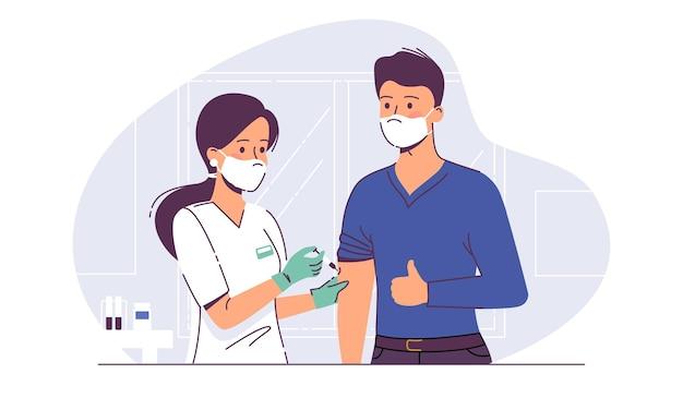 Krankenschwester mit spritze, die mann mit antivirus-impfstoffinjektion im krankenhaus impft