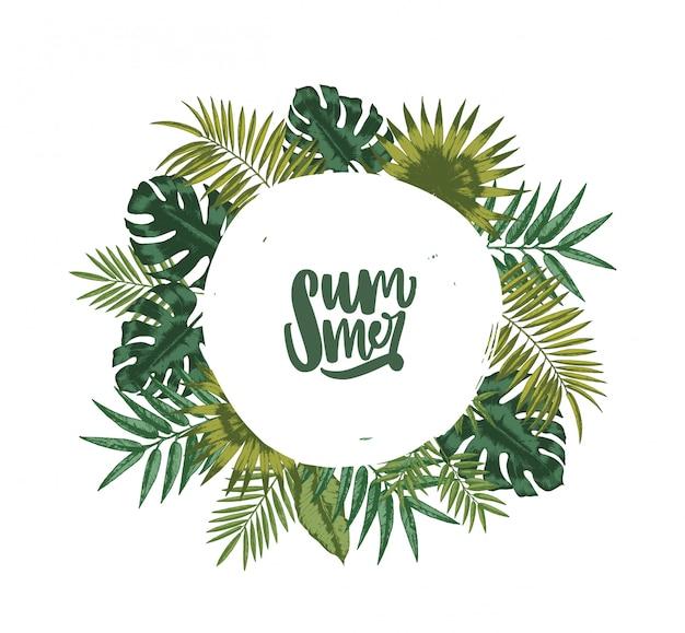 Kranz oder runde girlande aus palmenblättern oder laub tropischer pflanzen und schriftzug sommer innen. dekoratives natürliches gestaltungselement lokalisiert auf weißem hintergrund. illustration.