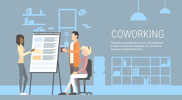 Kreative büro-center-leute, die schreibtisch sitzen