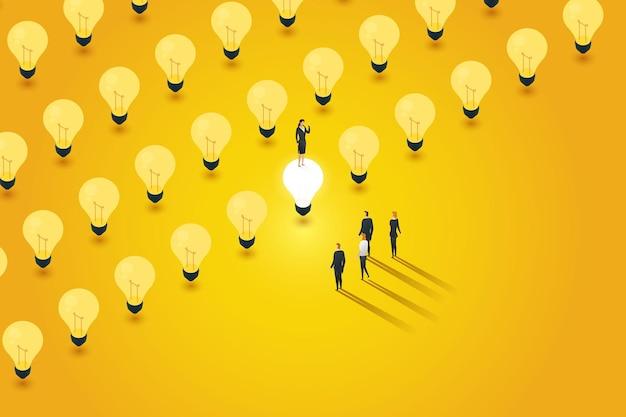 Kreative führungskräfte entscheiden sich dafür, eine glühbirne einzuschalten. zeigen sie den erfolg der teamführung