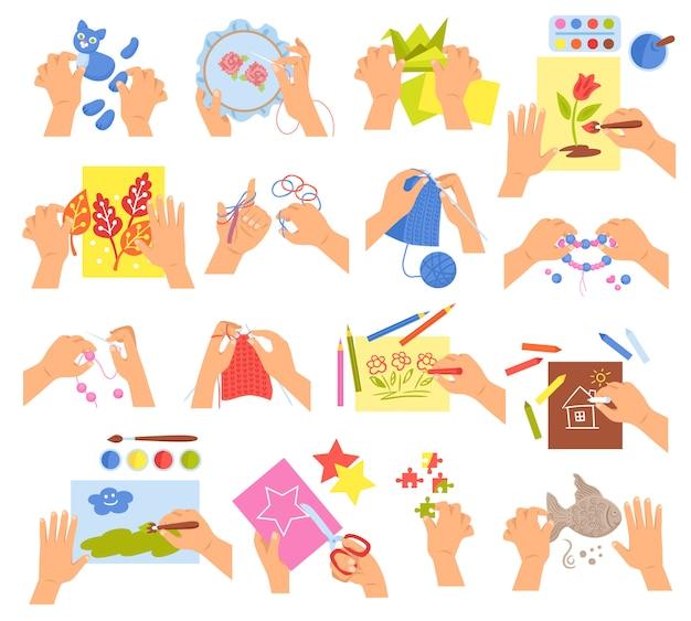 Kreative kinderhände, die das sticken des faltenden origamis macht selbst gemachten perlenarmband-zeichnungsfarbton stricken