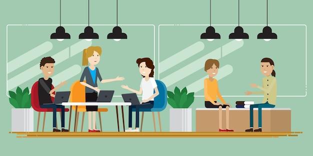 Kreative leute der gruppe, die beim co-arbeiten arbeiten