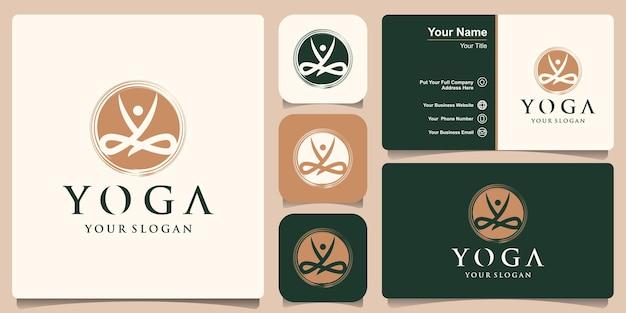 Kreative yoga-pose, die unter verwendung des schmutzpinsels auf grafischem vektor des sonnenhintergrunds entworfen wird.