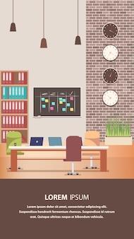 Kreativer arbeitsplatz mit büromöbel-design