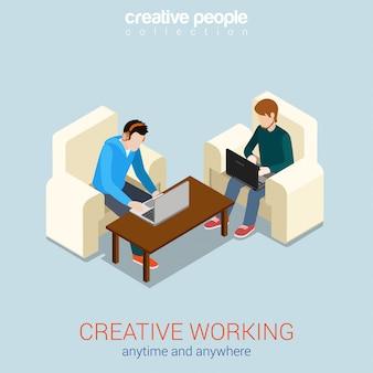 Kreativer arbeitsprozess jederzeit und überall freiberufliche isometrische konzeptillustration zwei junge männer auf stühlen, die an laptops arbeiten