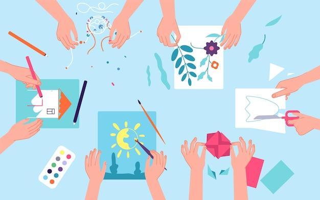 Kreatives labor für kinder. kunsthandwerkswerkstatt für kinder. draufsicht schreibtisch aquarellfarbe und papierschnitt. vorschulaktivitätskonzept des klassenzimmers. basteln sie kinder, pinsel und bleistift, klasse hobby illustration