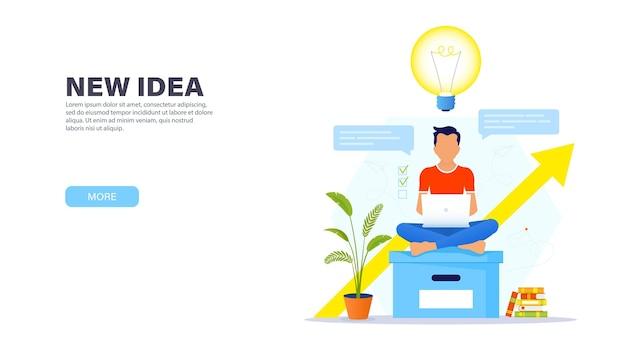 Kreatives lösungskonzept. kerl sitzt auf einer großen bürobox in einer lotus-position mit einem laptop und arbeitet in einer entspannten atmosphäre an einer neuen kreativen idee.