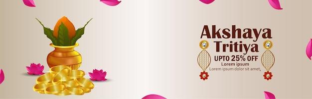 Kreatives verkaufsbanner von akshaya tritiya mit traditionellem kalash und ohrringen