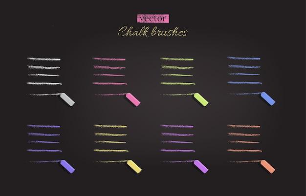 Kreidepinsel in verschiedenen farben auf schwarzer tafel.