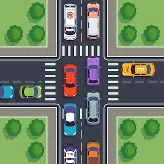Kreuzungs-draufsicht. stadtautoverkehrsbetrachtung hausstraße von oben straßenautos, die asphalt bürgersteigdach bauen