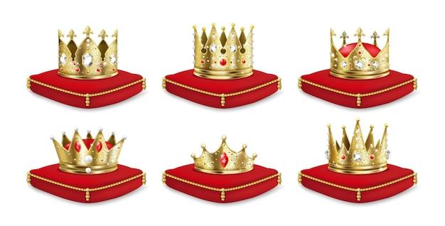 Kronen auf kissen. realistische 3d goldene könig- und königinkopfschmuckkollektion, luxuriöses mittelalterliches monarch-set. vektorillustration lokalisierte königliche krone des goldes auf rotem kissen für kaisererben