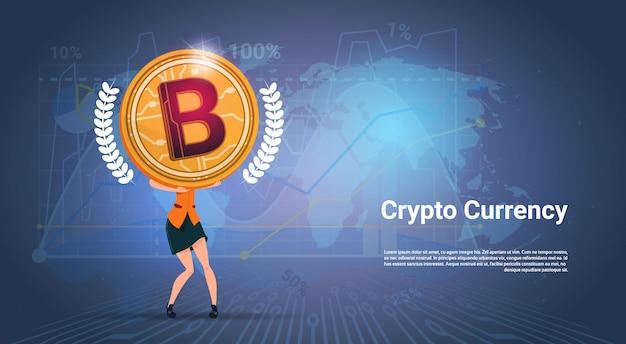 Krypto-währungsfahnen-frau, die goldenes bitcoin über weltkarten-hintergrund hält