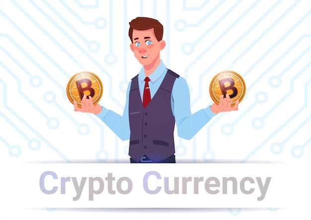 Krypto-währungsfahnen-mann, der goldenes bitcoins über motherboard-stromkreis-hintergrund hält