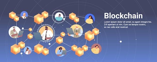 Kryptowährungs-blockchain-technologie-geschäftsleute, die auf laptops virtuelle währung auf der weltkarte handeln und investieren