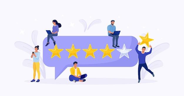 Kunden, die feedback zum laptop geben, mann, der einen bewertungsstern über seinem kopf hält. fünf sterne bewertung. kunden, die sich für den zufriedenheitsgrad entscheiden. reputations- und qualitäts- und bewertungskonzept
