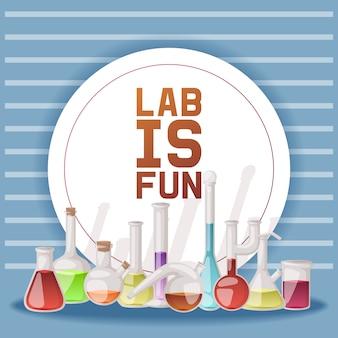 Labor macht spaß. verschiedene laborglaswaren und -flüssigkeit für analyse, reagenzgläser mit orange, gelber und roter flüssigkeit.