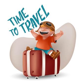 Lachender kleiner junge im orangefarbenen t-shirt und in der pilotbrille, die mit erhobenen händen auf braunem koffer sitzen. kinderreisender charakter illustration mit zeit zu reisen zeichen isoliert